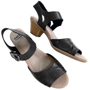 Like new Earth leather sandals